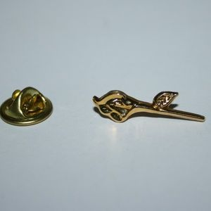 Dainty gold flower brooch / pin